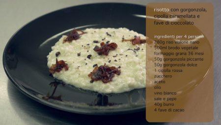 Videoricetta Risotto con Gorgonzola, Cipolla Caramellata e Fave di Cioccolato